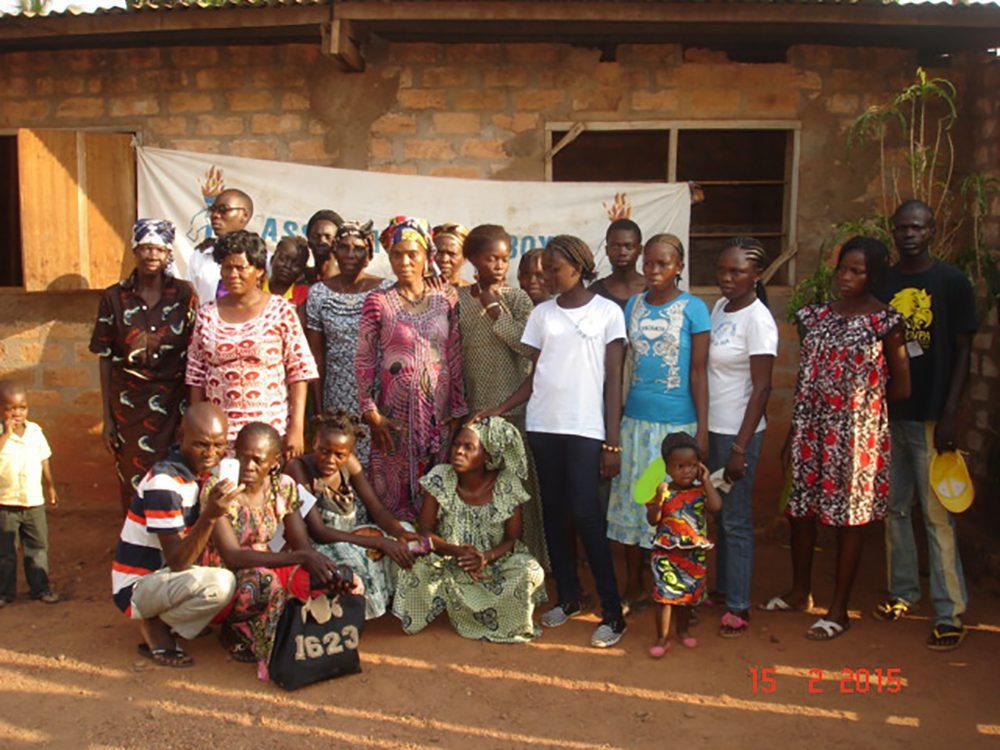 Groupe de femmes, d'hommes et d'enfants à Bangui