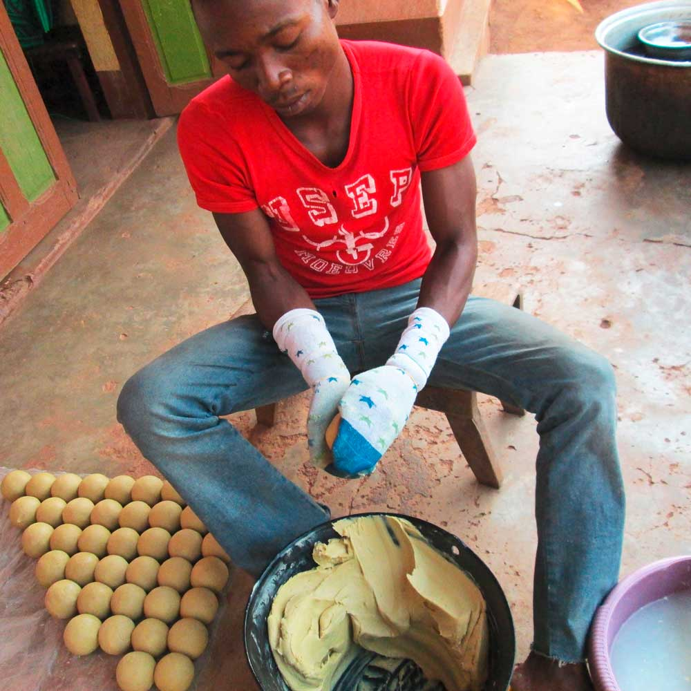 Jeune homme façonnant une boule de savon à la main