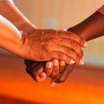Deux mains unies dans la confiance et l'amitié