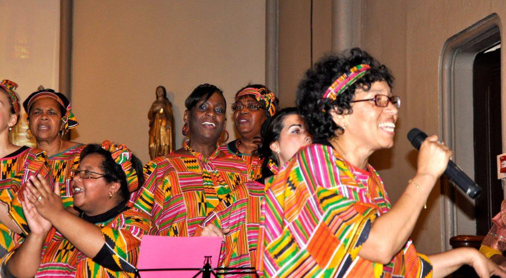 Une soliste du groupe de gospel de Solidarité Soboyo chante en faveur des centrafricains.