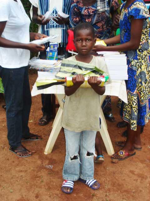 Jeune élève de Bangui et ses livres scolaires