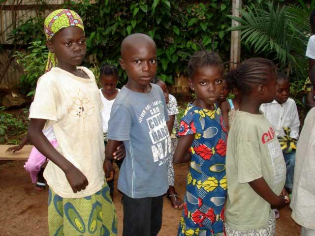 Enfants de Soboyo attendant de récupérer leur livres scolaires
