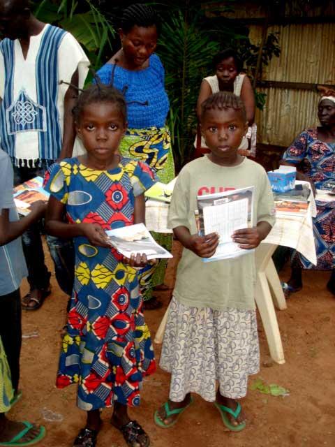 Deux jeunes enfants durant la ditribution de matériel scoliare