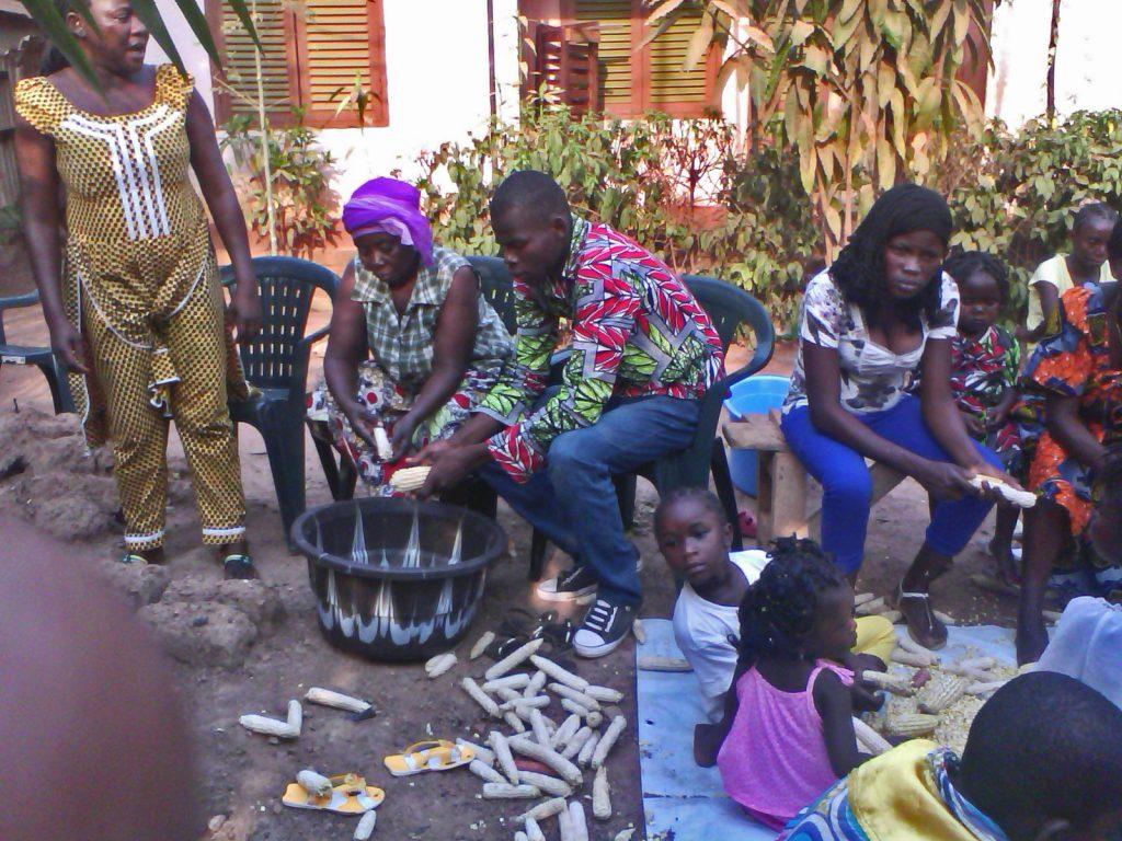 Partage et égrenage du maïs produit par les banguissois de Bangui