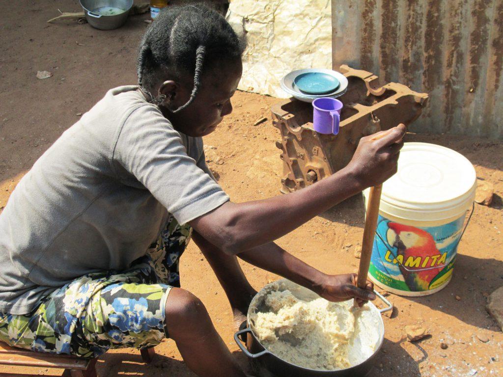 Jeune femme malaxant la pâte à savon