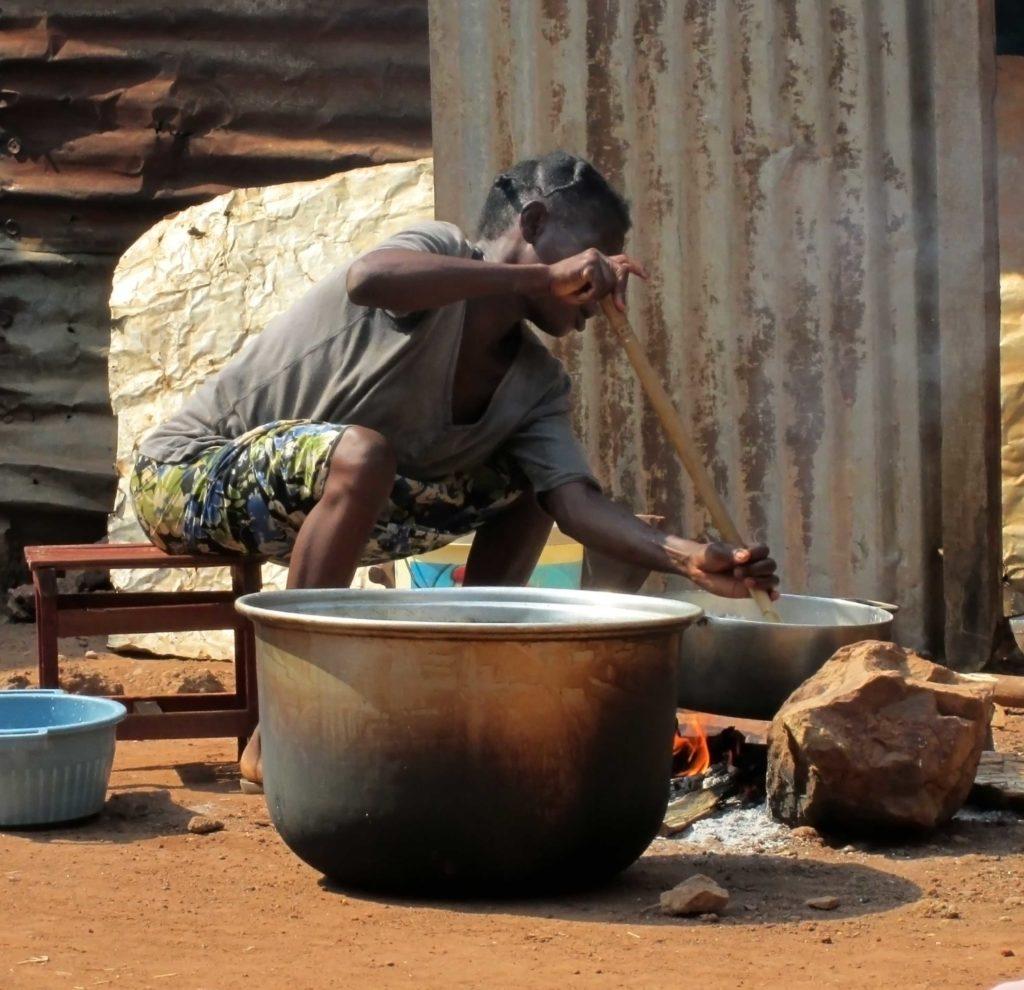 Jeune africaine de Bangui preparant de la pate à savon