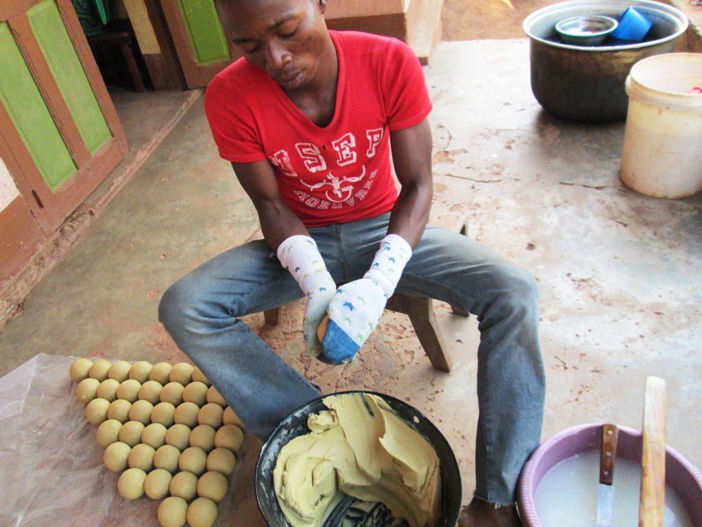 Jeune membre de l'association Soboyo modèle le savon