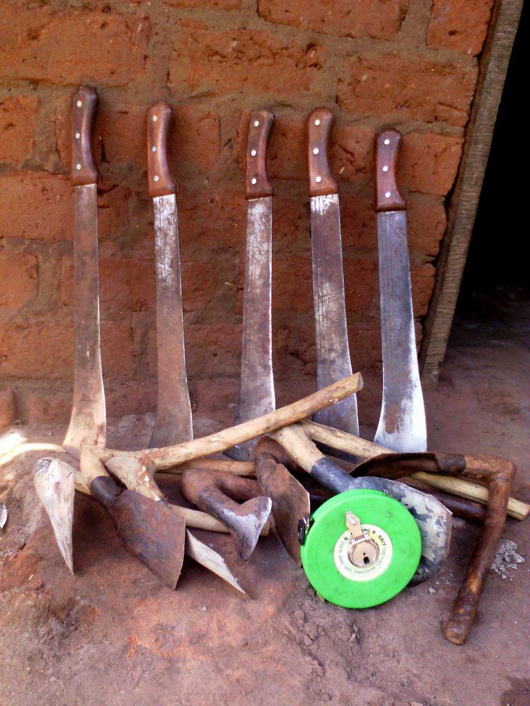 Les outils des agriculteurs de Centrafrique : machettes, houes et dabasa