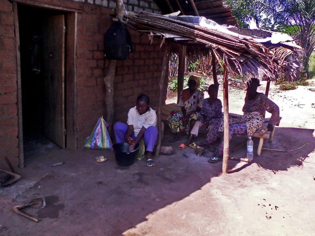 Cultivatrice banguissoise revenue des champs de Soboyo se lave les mains