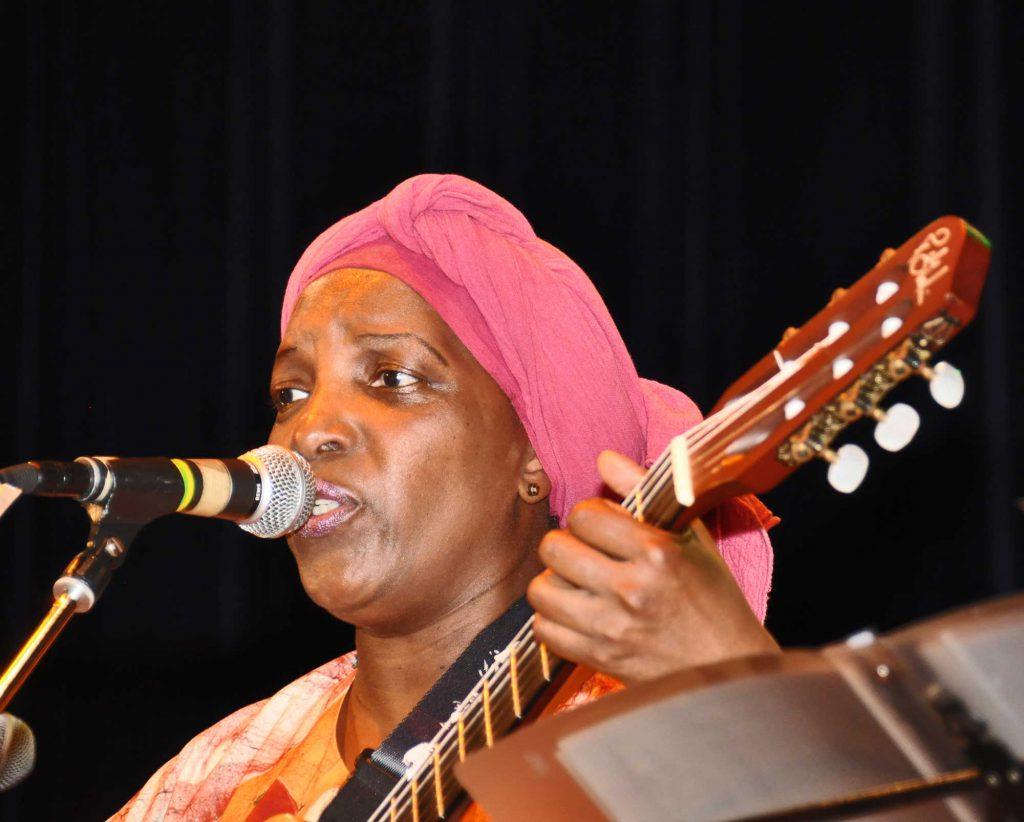 Chanteuse et guitariste en plein moment d'émotion en 2016, lors du concert de 2016.