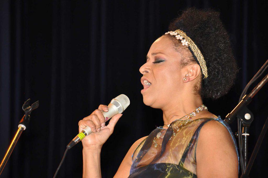 Chanteuse et soliste du groupe du groupe de gospel Soboyo.